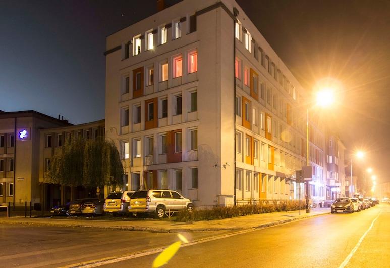 ラックス アパートホテル, クラクフ, コンフォート スタジオ, 施設の正面 (日没後)
