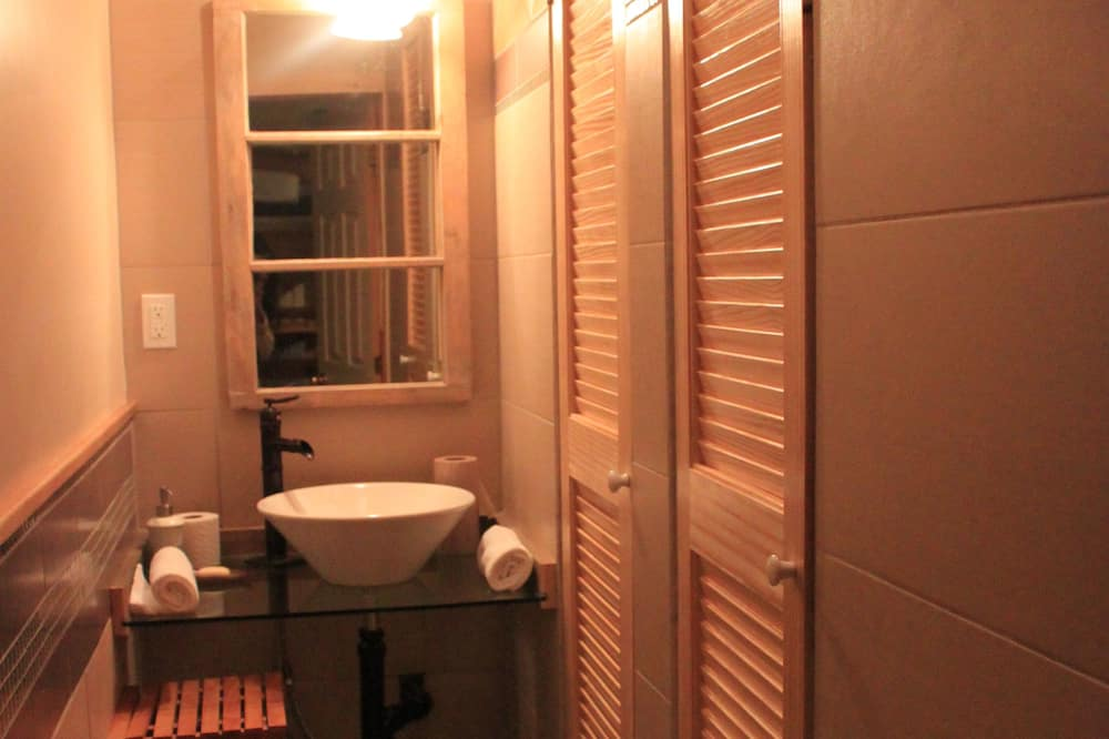 Shared Dormitory, 1 Single Bed (Dortoir 12 lits - 12 beds Dormitory) - Bathroom