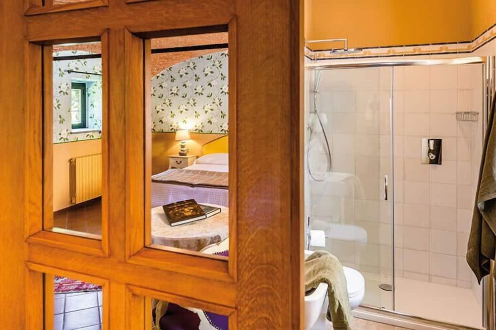 Romantik-dobbeltværelse - 1 dobbeltseng - pejs i værelset - gårdsplads - Badeværelse