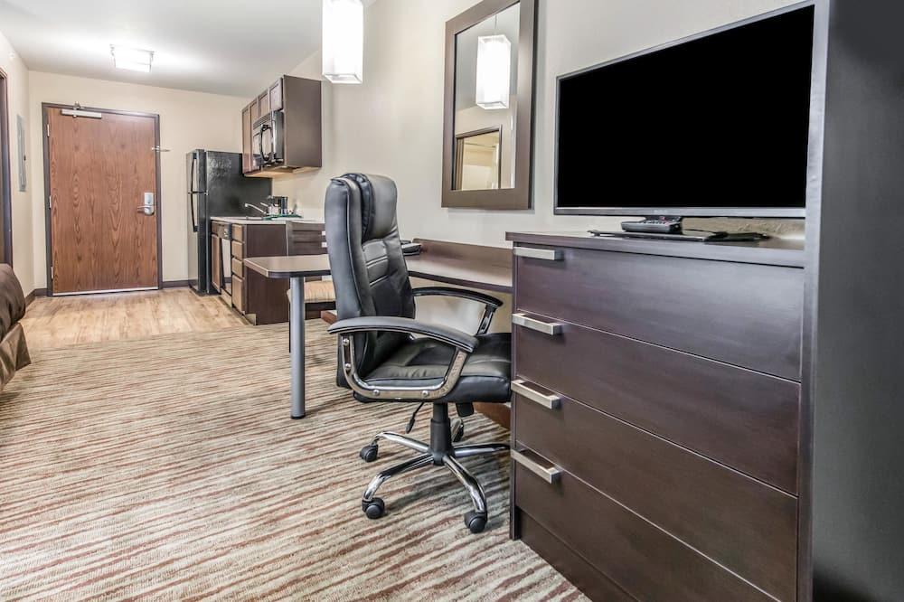 2 Queen Beds, Efficiency, Nonsmoking, Upgrade - Living Area