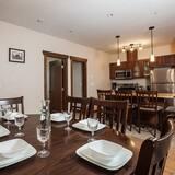 Apartemen Standar, 4 kamar tidur, dapur, pemandangan gunung - Tempat Makan Di Kamar