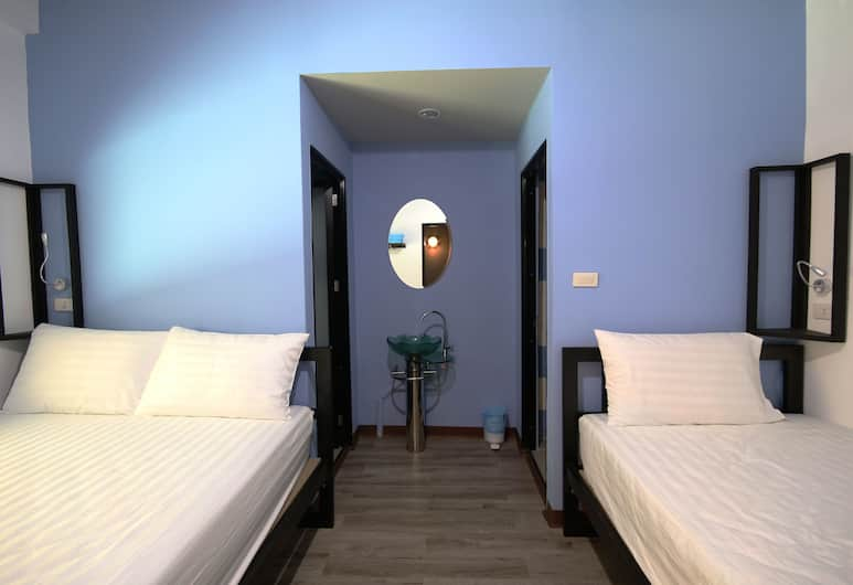 The Pillow Hostel, Bangkok, Triple Room S with Window, Zimmer