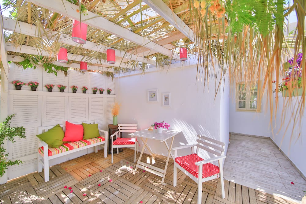Suite, 1 Bedroom, Jetted Tub, Garden Area - Living Area