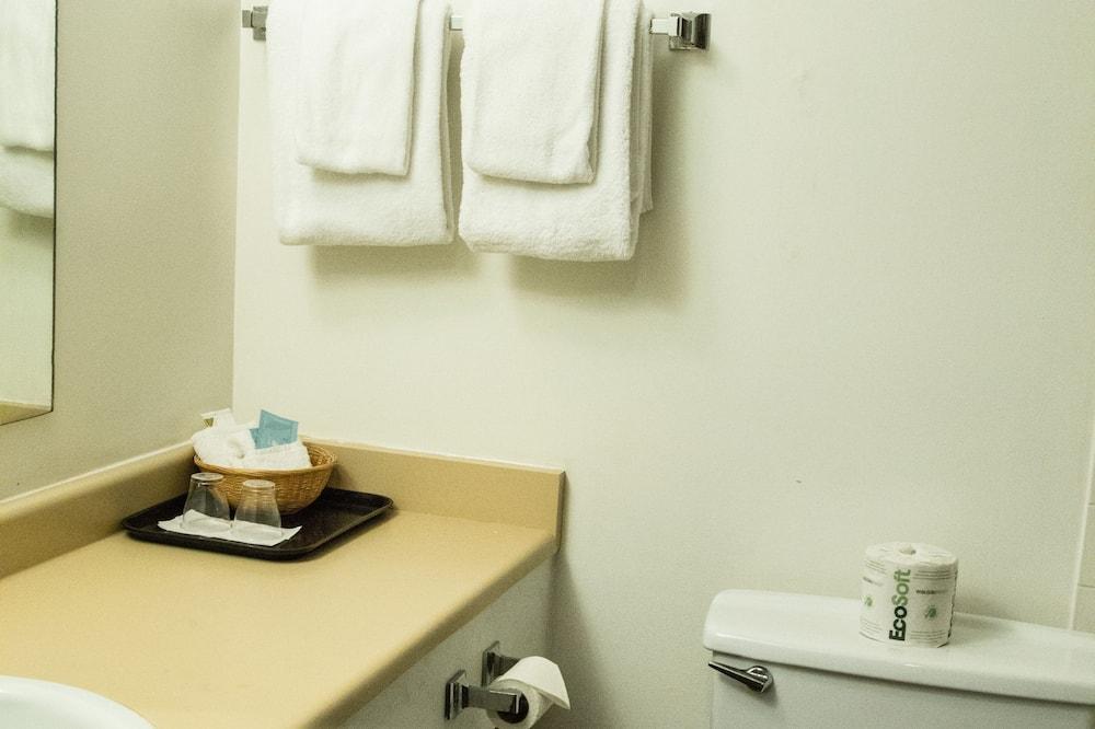 חדר, 2 מיטות זוגיות - חדר רחצה