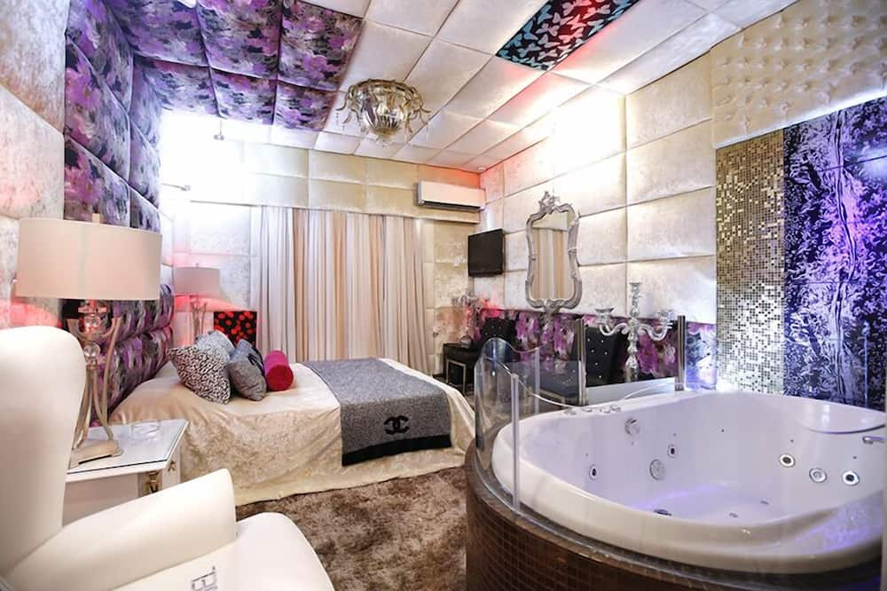 Deluxe Suite, Jetted Tub - Living Area