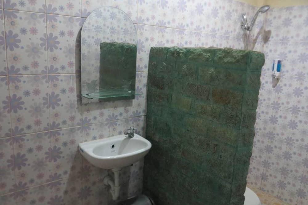 חדר דה-לוקס זוגי, חדר שינה אחד, ללא עישון, נוף לגן - חדר רחצה