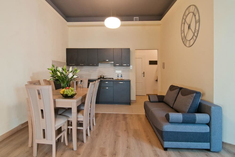 Deluxe-Apartment - Essbereich im Zimmer