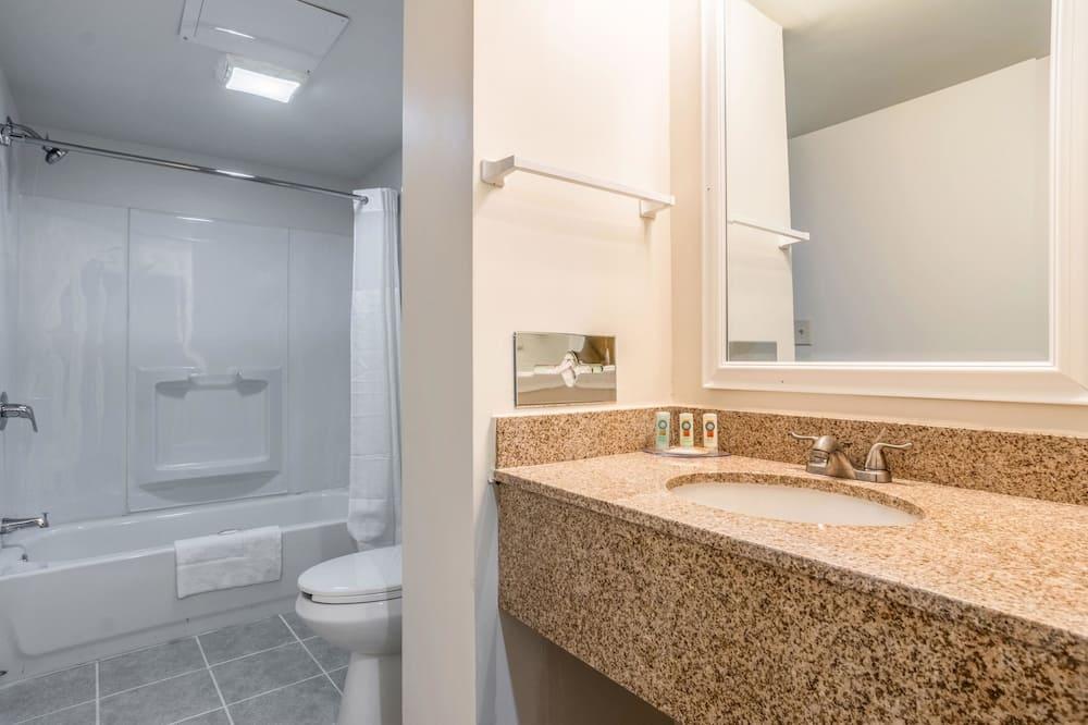 Izba, 2 veľké dvojlôžka, fajčiarska izba - Kúpeľňa