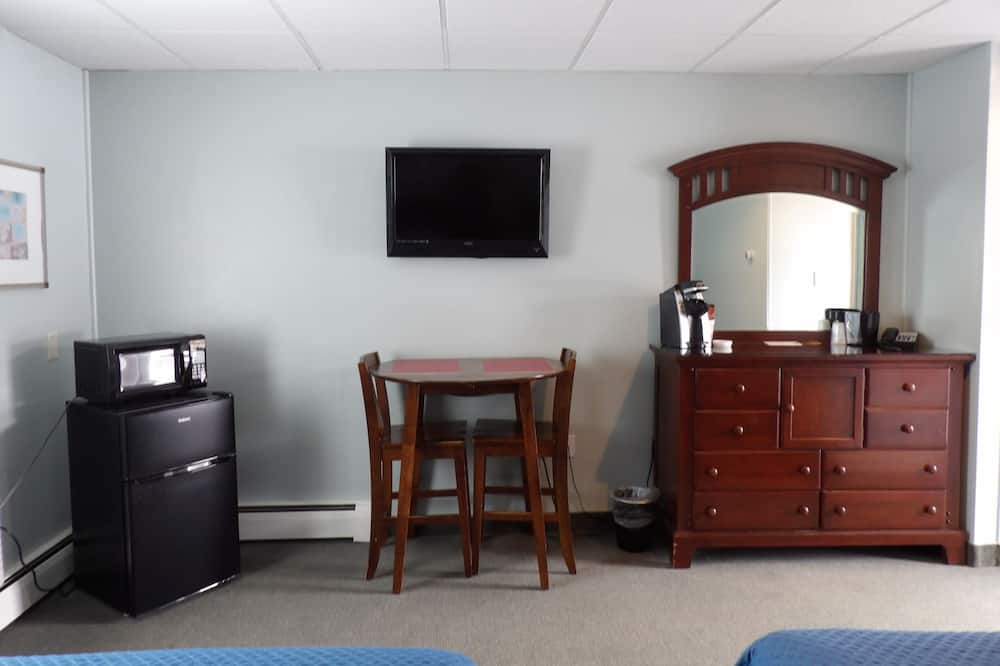Двухместный номер с 1 двуспальной кроватью, 2 двуспальные кровати «Квин-сайз» - Зона гостиной