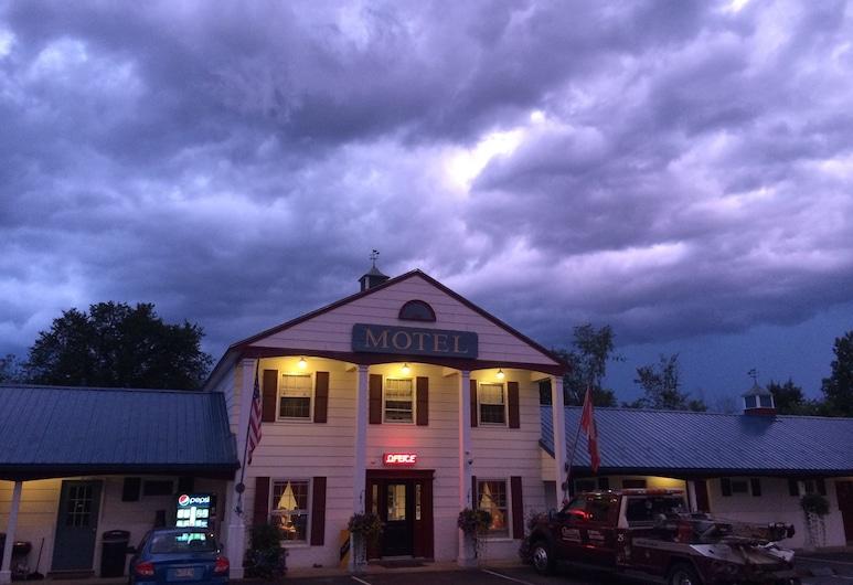 Colonial Valley Motel, Farmington, Hotelfassade am Abend/bei Nacht