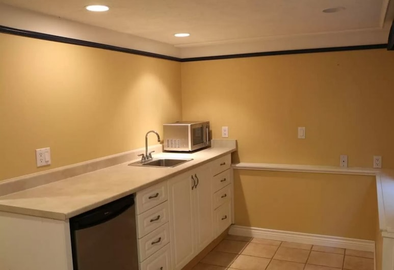 Comfy One Bedroom Suite in Oak Bay, Victoria, Suite, 1 Bedroom, Private kitchenette