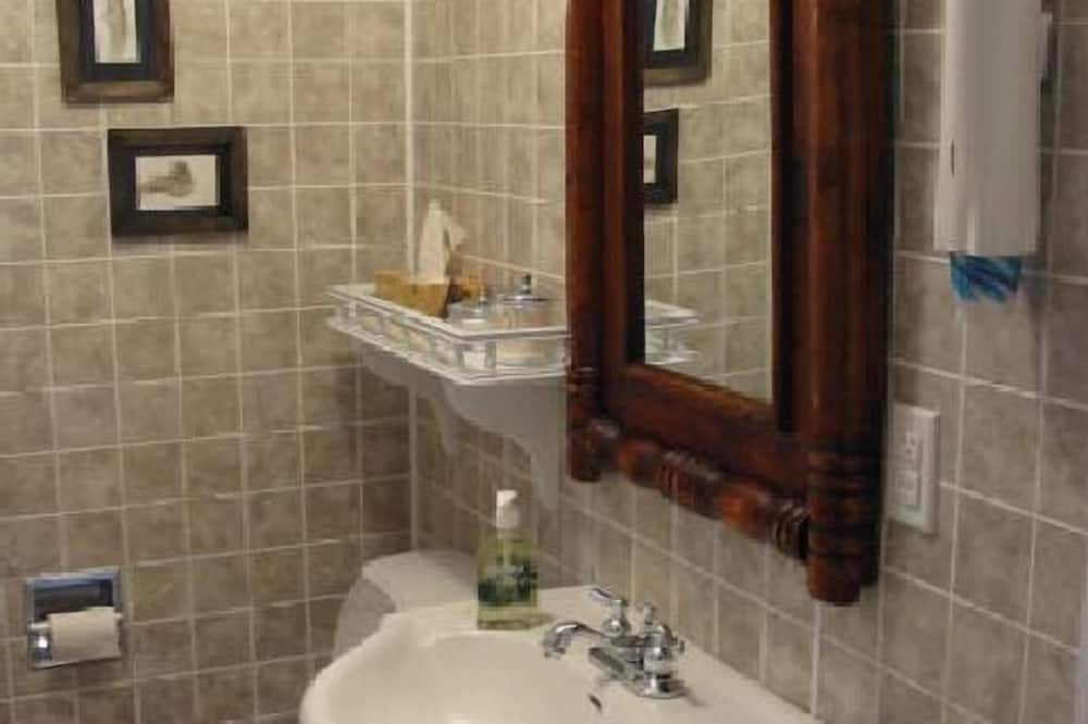Chambre, 1 grand lit, salle de bains commune - Salle de bain