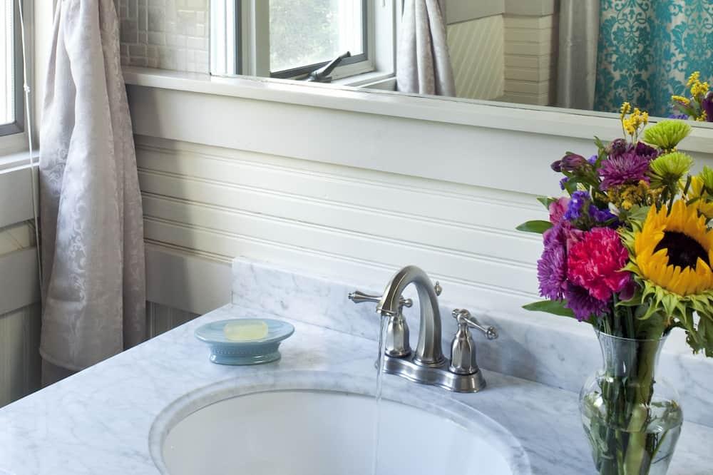 Romantik-dobbeltværelse - boblebad - have-område (Organic/Natural Breakfast Included) - Badeværelse