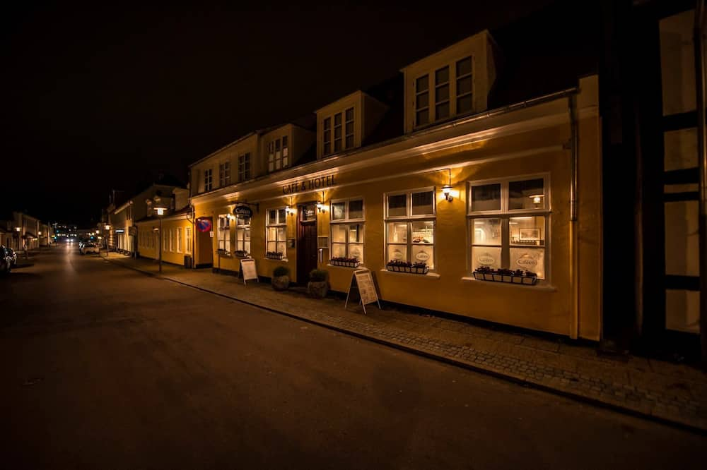 Фасад отеля вечером/ночью
