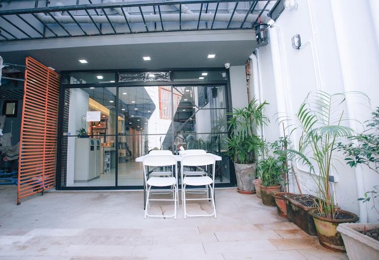 D-Well Hostel, Chiang Mai, Obiekty restauracyjne na zewnątrz