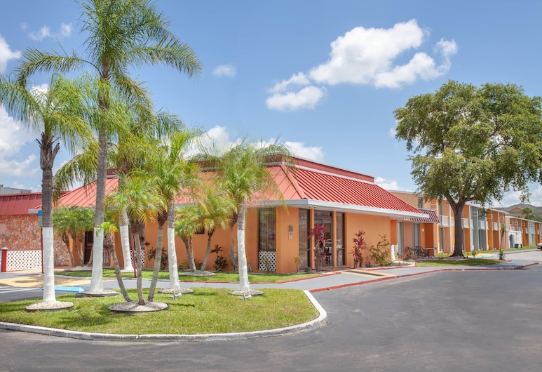 A-P-T Suites, Travelodge by Wyndham Kissimmee East, Kissimmee