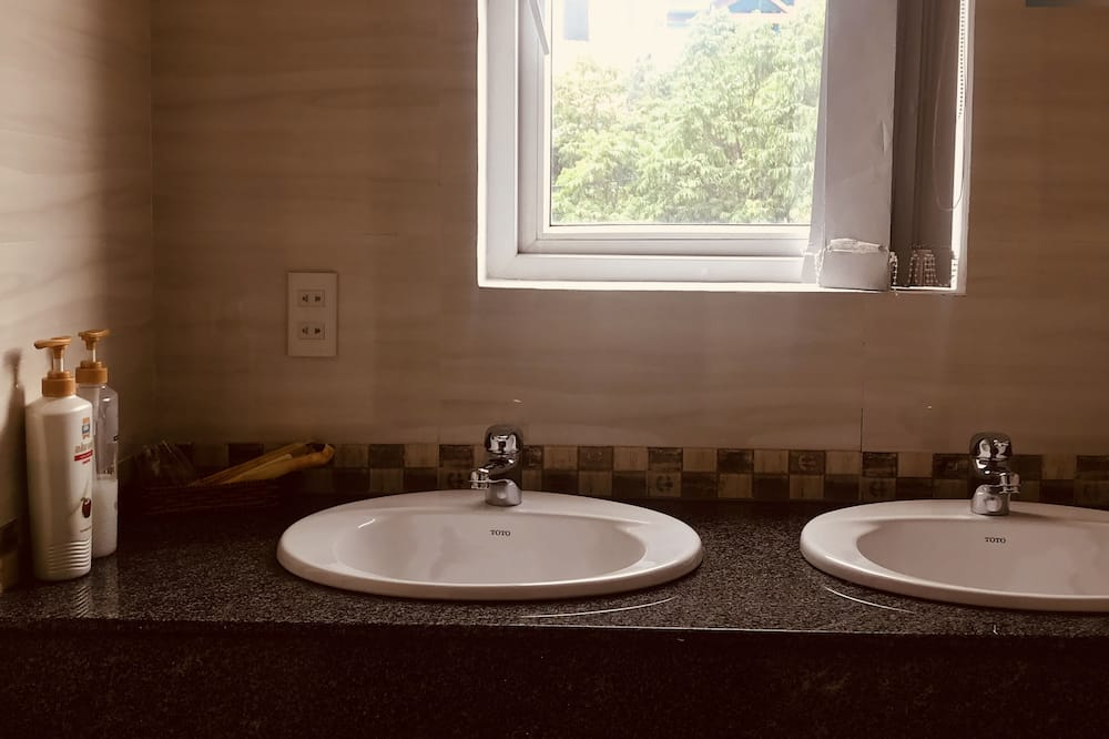 Basic Double or Twin Room, 1 Bedroom - Bathroom