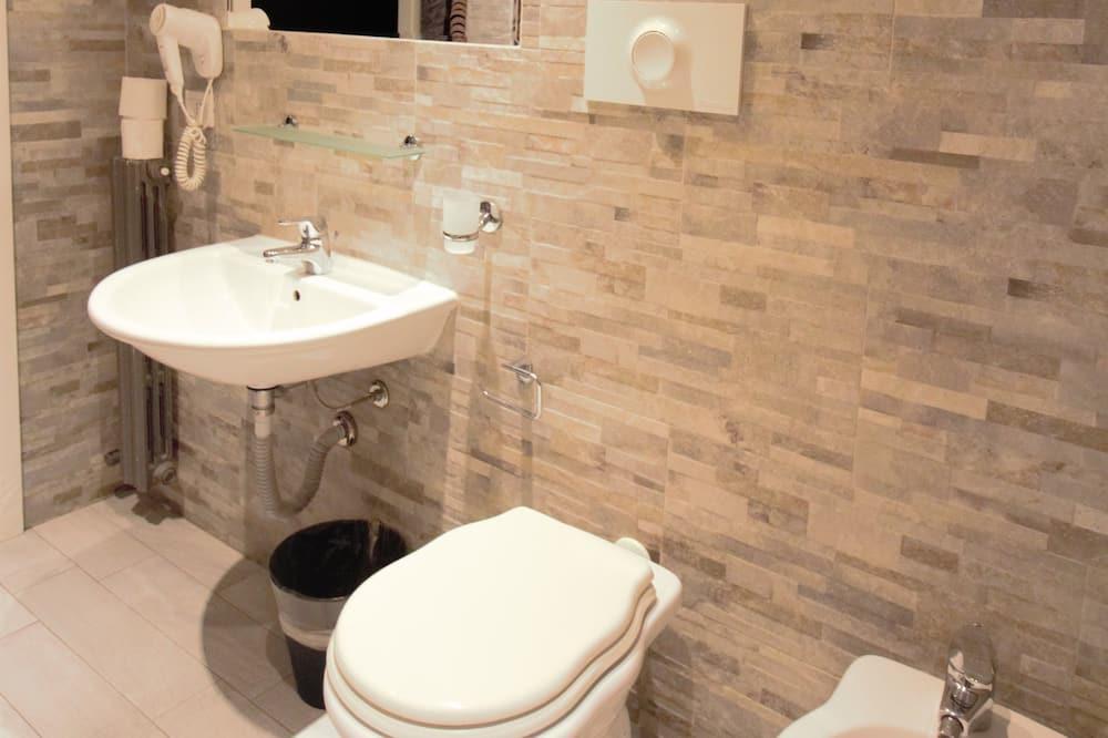 SMART Quadruple Room - Bathroom