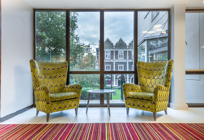 Safestay London Kensington Holland Park, London, Sitzecke in der Lobby