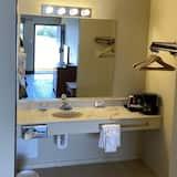 Chambre Standard, fumeurs, réfrigérateur et four à micro-ondes - Salle de bain