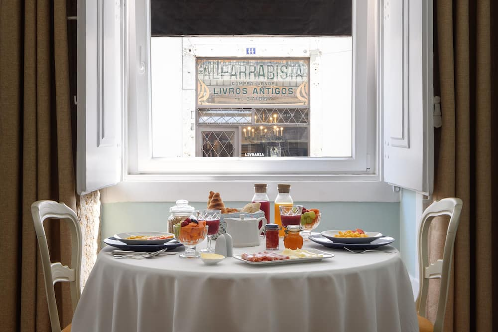 Deluxe Suite - In-Room Dining