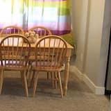 Lakosztály, 2 hálószobával, konyha (Main Floor) - Nappali rész