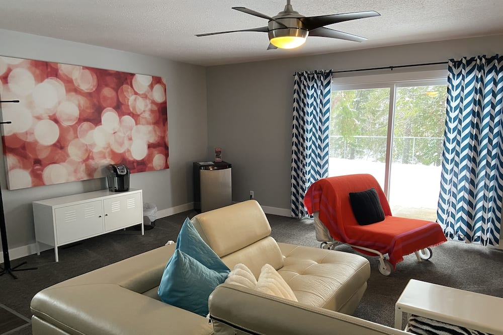 Suite (2 Bedrooms, River View) - Living Area