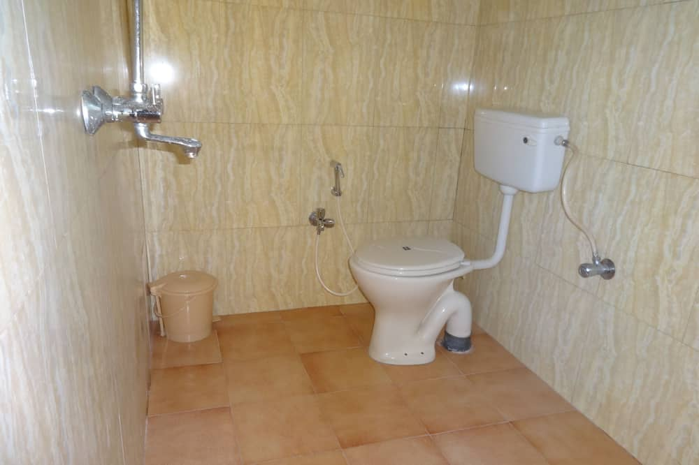 Deluxe Double or Twin Room, 1 King Bed, Smoking, Refrigerator - Bathroom