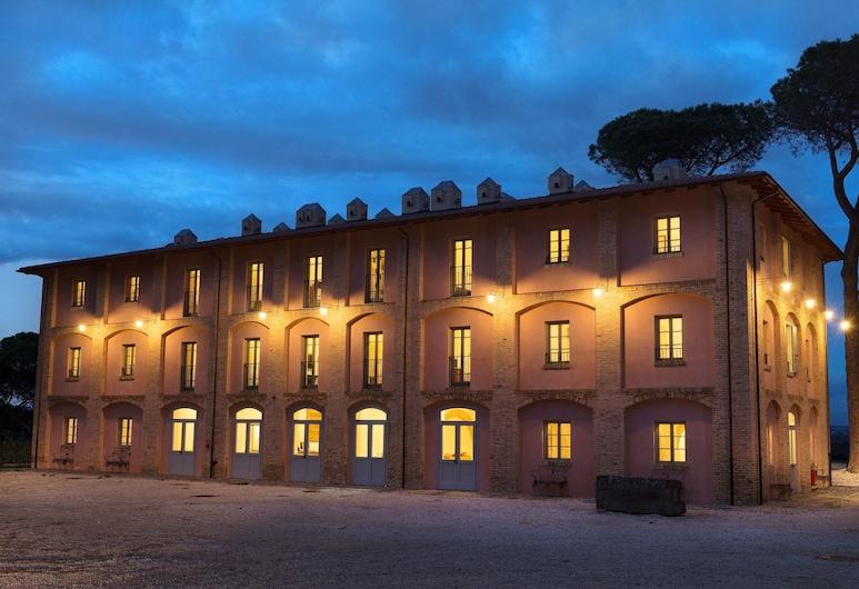 I Casali del Pino, Rooma, Fassaad õhtul/öösel