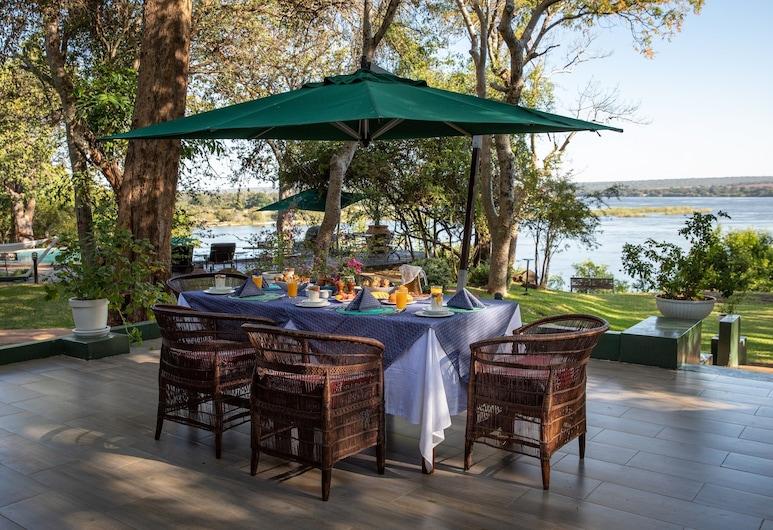 The River Club, Livingstone, Ristorazione all'aperto