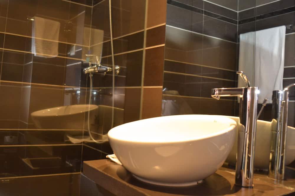 Deluxe Studio Suite, 1 King Bed, Kitchenette, Executive Level - Bathroom