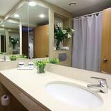 Superior-værelse med dobbeltseng eller 2 enkeltsenge - Vask på badeværelset