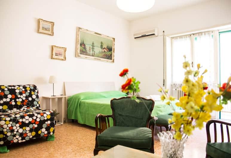 Next Stop Roma Affittacamere Casilino, Roma, Camera tripla, balcone, Camera