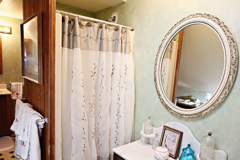 Luxury Room, 1 Double Bed, Private Bathroom (McIntosh Room) - Bathroom