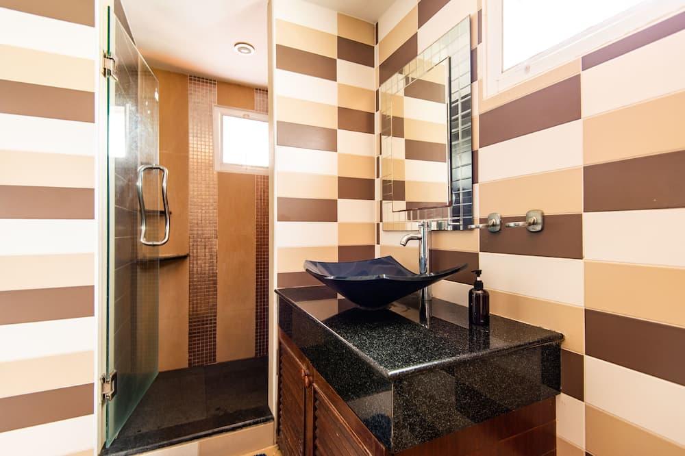 8 Beds Dorm - Bathroom