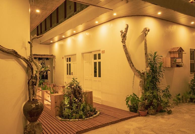 微風拂水飯店, 馬費雪, 飯店入口 - 夜景