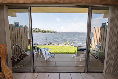 棕櫚海灘水濱套房飯店/