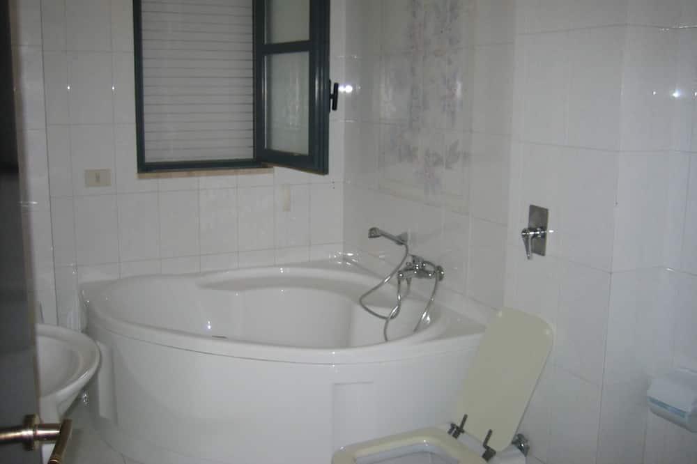 Kahetuba, omaette tualettruumiga - Vannituba