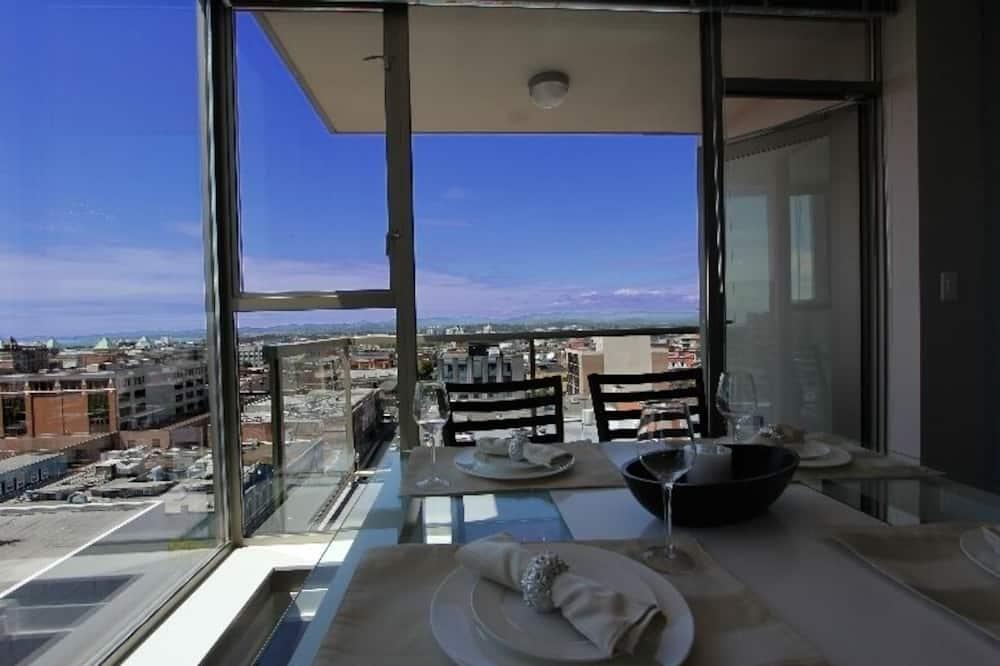 都會公寓客房, 1 張加大雙人床, 城市景 - 客房內用餐