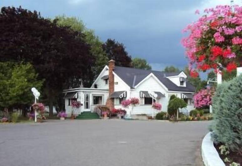 Trenton Park Cottages, Quinte West, Front of property