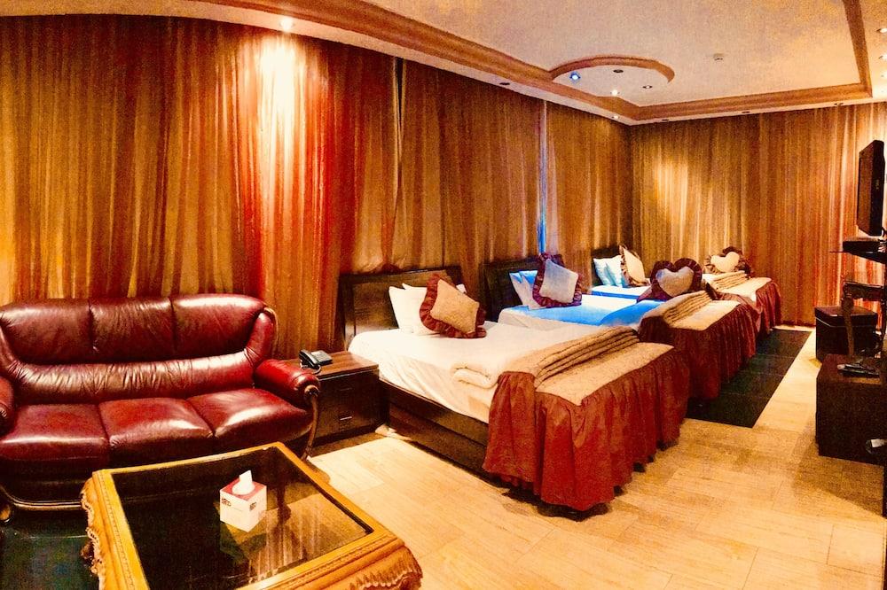 Standard Studio Suite, 3 Twin Beds - Living Area