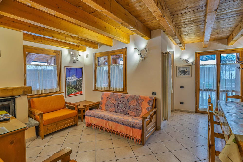 Standard Apartment, 4 Bedrooms, Mountain View - Living Area