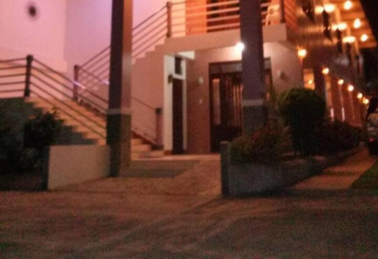Hotel Villa Angelina, Legazpi, Hotelfassade am Abend/bei Nacht