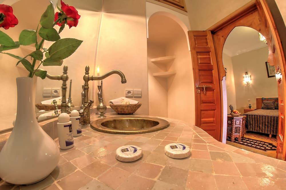 Izba typu Deluxe s dvojlôžkom alebo oddelenými lôžkami, terasa, výhľad do dvora - Kúpeľňa