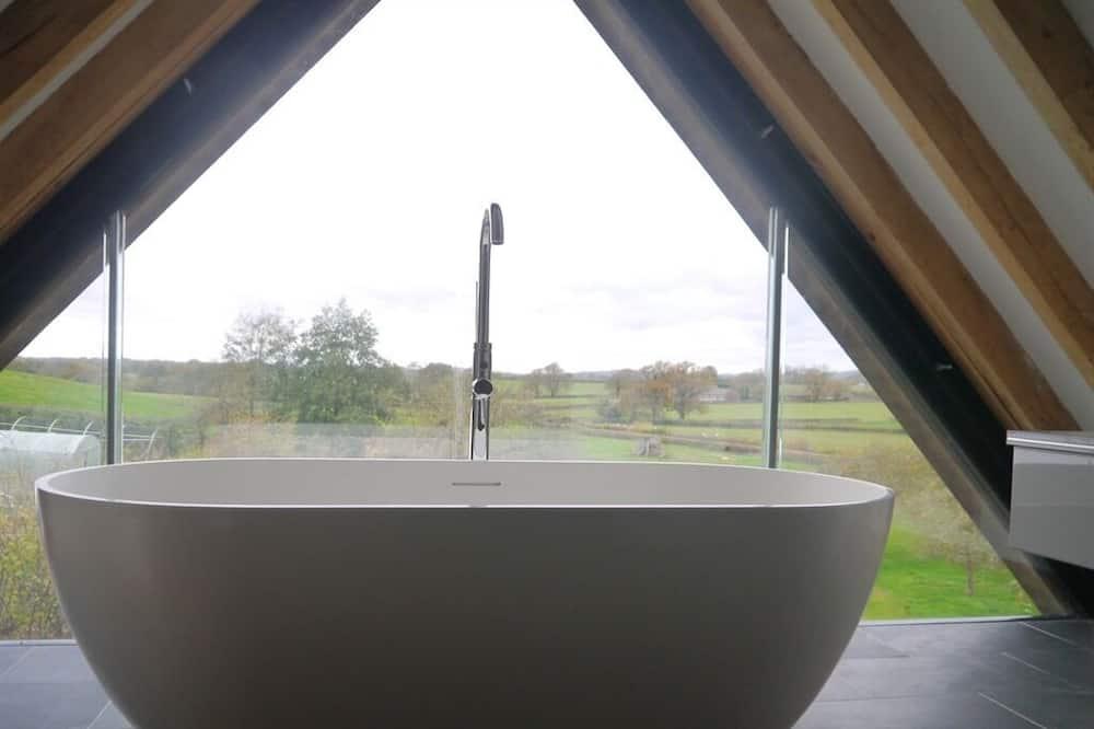 Liukso klasės dvivietis kambarys, iš miegamojo pasiekiamas vonios kambarys (With free-standing bath) - Vonios kambarys