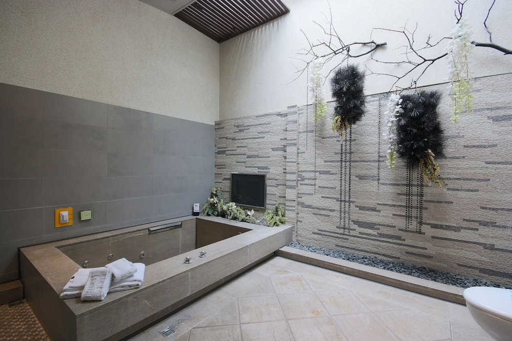 Deluxe Suite ( for 50+ years old) - Bathroom