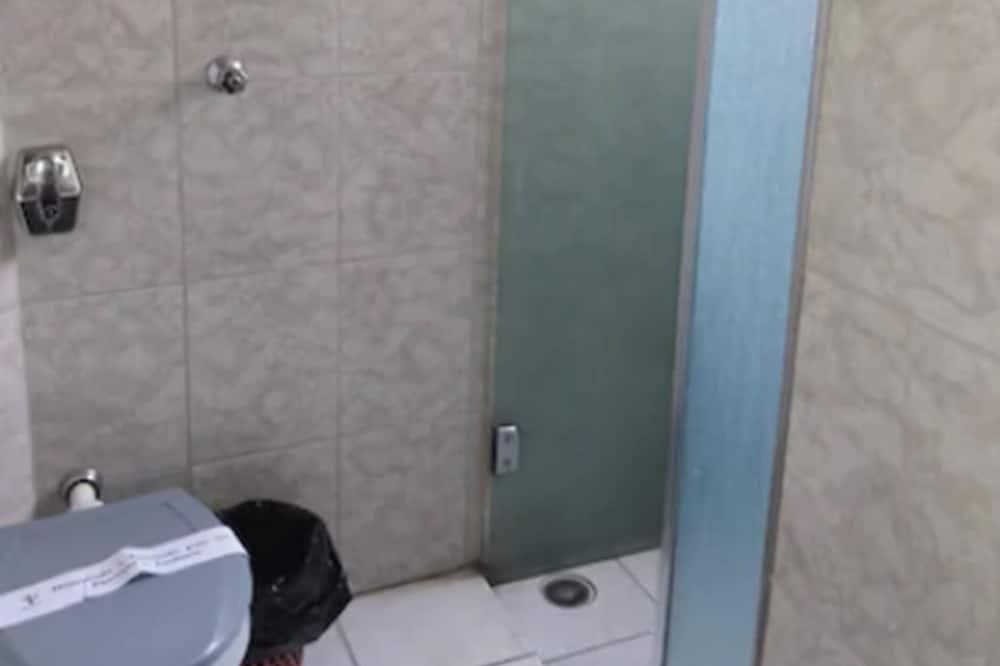 Standard Triple Room, 3 Twin Beds - Bathroom