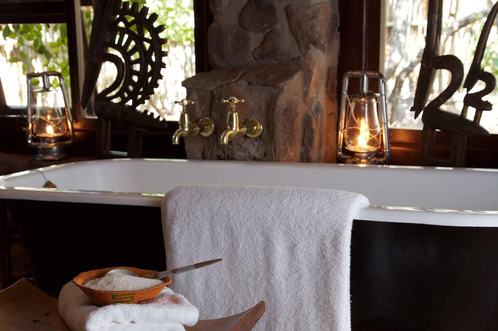 Luxury Suite, Pool View, Mountainside - Bathroom