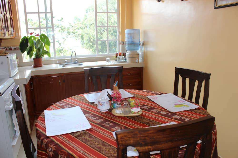 Čtyřlůžkový rodinný pokoj, výhled na jezero - Stravování na pokoji