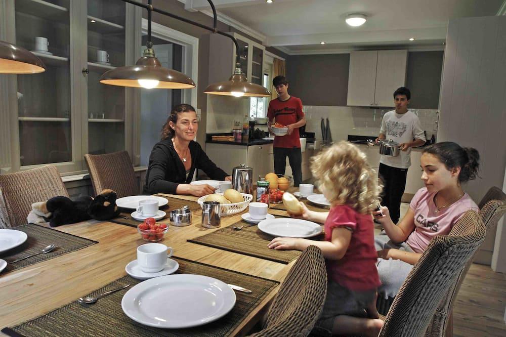 Superior Villa, 3 Bedrooms - In-Room Dining